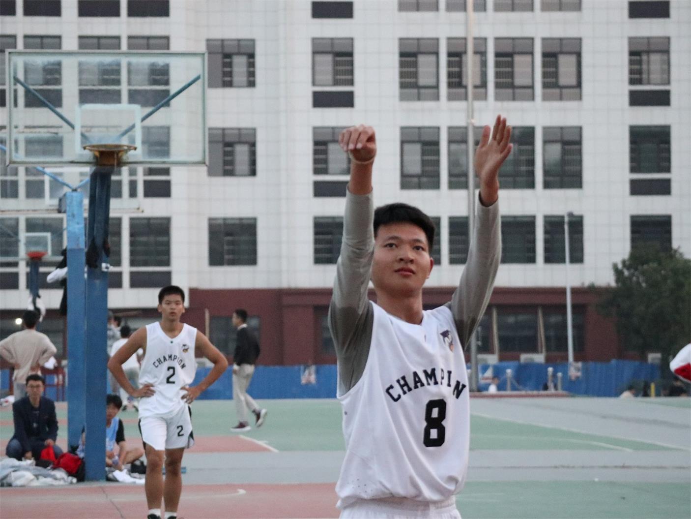 我校举行高二年级男子篮球赛